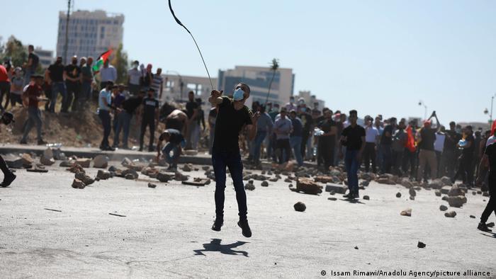 Hombres protestando en Ramallah