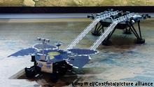 Modell des Rovers Zhurong (vorne) mit dem Landemodul im Hintergrund