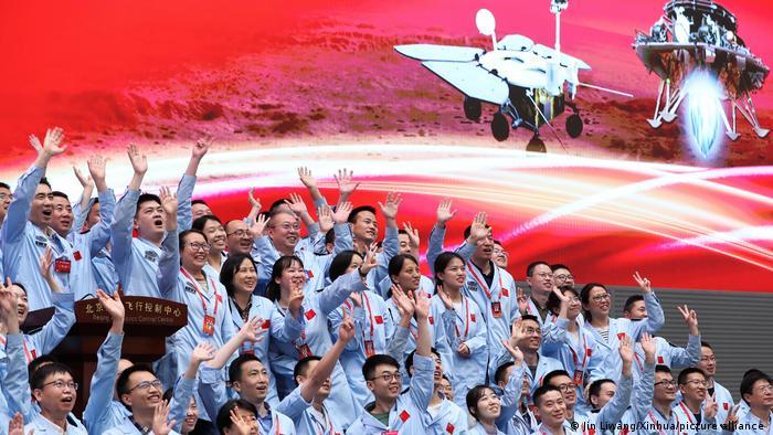 Slavlje u kontrolnom centru u Pekingu nakon što je jedna letilica uspešno sletela na Mars. U letilici je rover koji će da ispita površinu crvene planete. Na Marsu su za sada samo SAD i Kina.