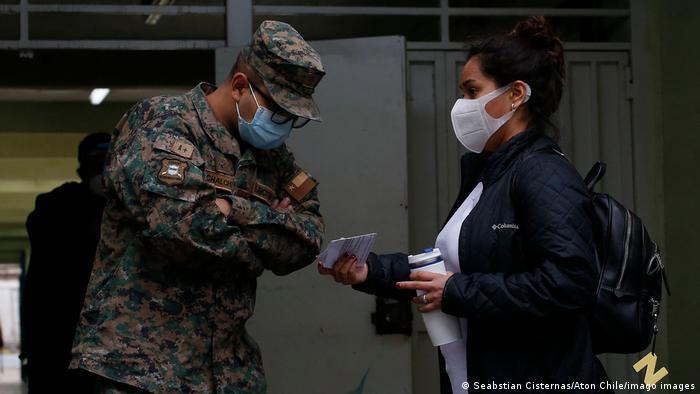 Santiago, 15 de mayo de 2021. Proceso de constitucion de mesas en Escuela Libertadores de Chile para las elecciones 2021