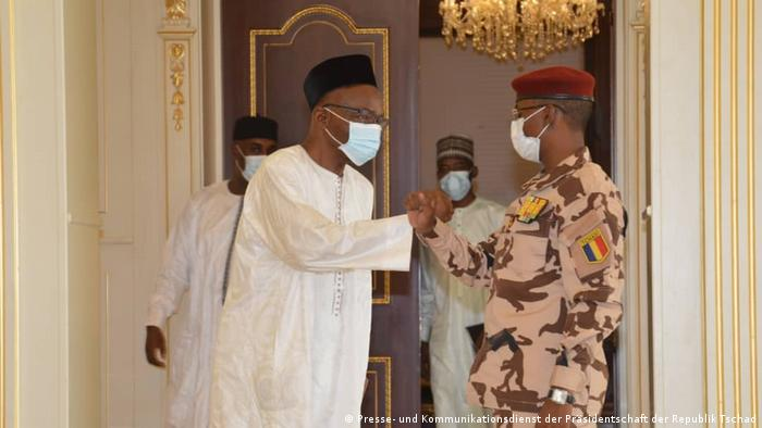 Saleh Kebzabo (esq.) e o presidente do Conselho Militar de Transição, Mahamat Idriss Déby Itno