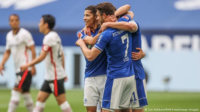 تیم فوتبال اف.ث. شالکه (پیراهن آبی) که سقوط آن به لیگ پائینتر از چندین هفته پیش مسجل شده است، با برتری ۴ بر ۳ در برابر تیم آینتراخت فرانکفورت، باعث کاهش بخت فرانکفورتیها برای کسب سهمیه حضور در فصل آینده لیگ قهرمانان اروپا شد.