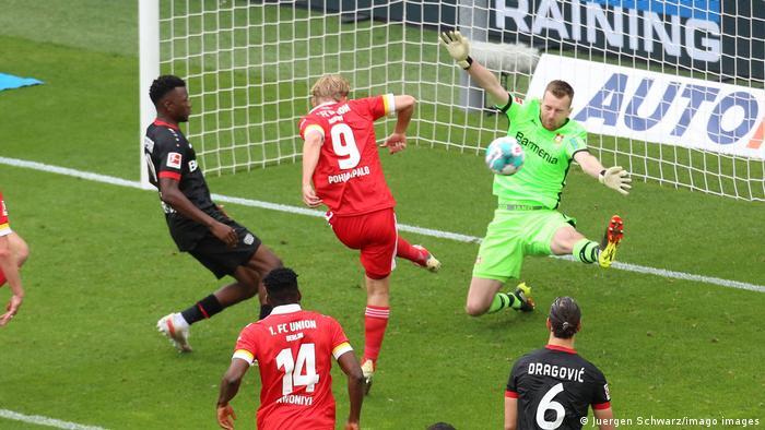 دیدار تیمهای فوتبال بایر لورکوزن (پیراهن تیره) و انیون برلین با میزبانی لورکوزن، در پایان با نتیجه مساوی یک بر یک خانمه یافت. در این صحنه جوئل پویانپالو (با شماره ۹ در پیراهن قرمز) گل تساویبخش برلینیها را به ثمر رساند.