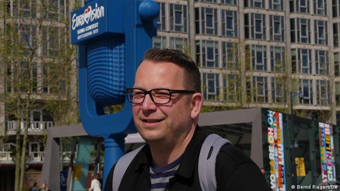 Gert-Jan Verboom, Fan des ESC, steht vor der Arena in Rotterdam.