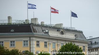 Η ισραηλινή σημαία κυματίζει δίπλα στην αυστριακή στο κτήριο της καγκελαρίας