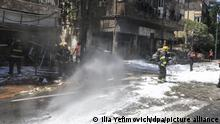 Пожарные в Тель-Авиве убирают улицы в районе попадания ракеты, выпущенный по городу из сектора Газа, 15 мая 2021 года