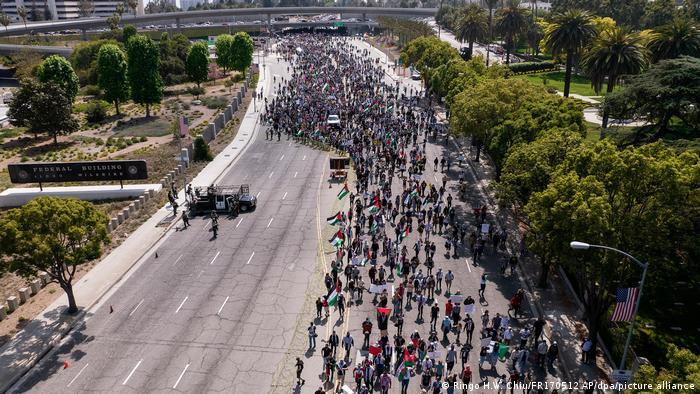 USA Tausende von Demonstranten während eines pro-palästinensischen Protestes in Los Angeles