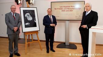 Премьер-министр земли Северный Рейн-Вестфалия Армин Лашет (в середине) на виртуальной церемонии вручения премии имени Льва Копелева