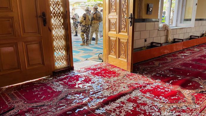 Der Eingangsbereich der Moschee im Bezirk Schakar Darah nach dem Bombenanschlag während des Freitagsgebets