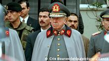 Der amtierende Heereschef von Chile, General Pinochet (M), hört am Donnerstag (11.09.1997) einem Militärorchester zu. Zum letzten Mal mit General Augusto Pinochet als amtierendem Heereschef ist in Chile des Militärputsches gedacht worden, mit dem Pinochet den sozialistischen Präsidenten Salvador Allende am 11. September 1973 stürzte. Allende kam bei dem blutigen Staatsstreich ums Leben. Pinochet nahm vor seiner Residenz Ehrenabordnungen der Streitkräfte ab und erklärte: «Dies ist ein besonderer Tag für Chile.» Unter Pinochet wurden rund 3 000 Menschen getötet. dpa COLORplus +++ dpa-Bildfunk +++