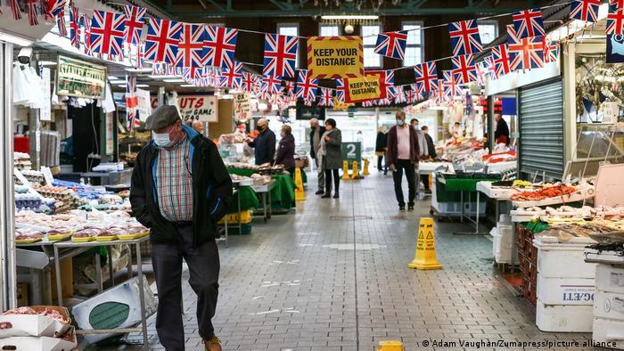Corona-gemäßes Kundenaufkommen in der Markthalle der nordwestenglischen Stadt Bolton