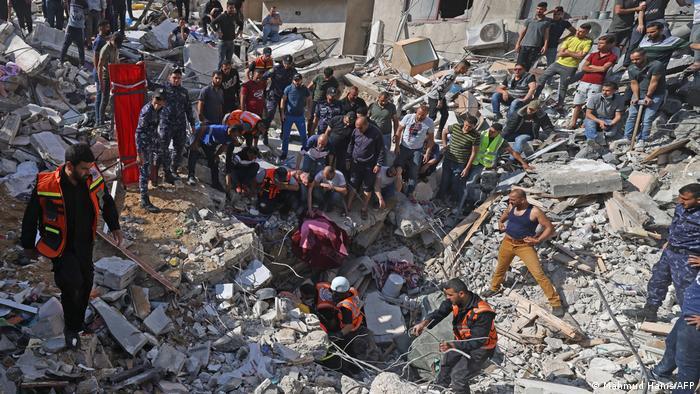 Des humanitaires aident à déblayer des décombres à Gaza