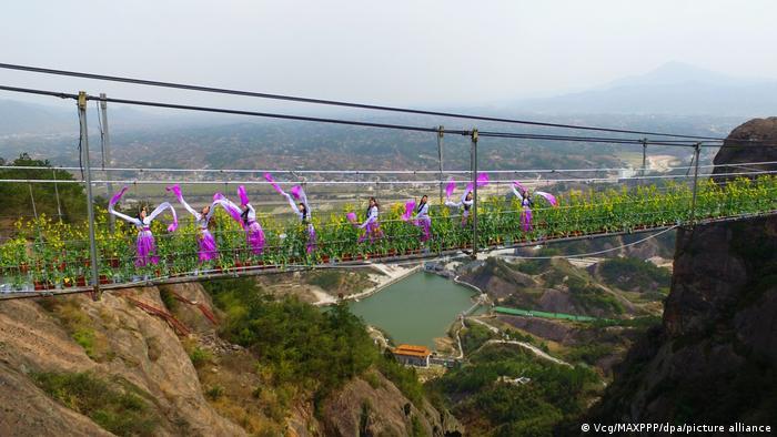 رقص بر روی پل شیشهای یویونگ واقع در ایالت هونان.
