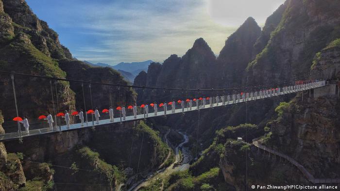 گرامی داشت روز تایچی بر روی پل معلق شیشهای در منطقه فانگشان در نزدیکی پکن.