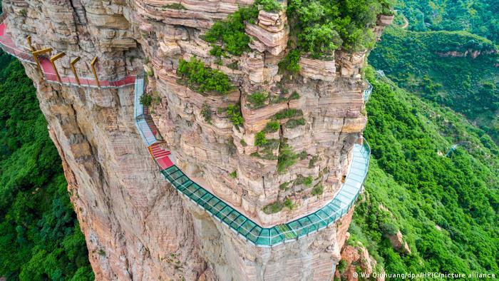 گذرگاهی به طول ۲۶۶ متر و عرض دو متر با سطح شیشهای و در ارتفاع یک هزار و ۱۱۰ متری از سطح دریا در استان هبئی واقع در شرق چین.