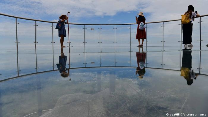 این گذرگاه ۴۰۰ متری شیشهای معلق در پارک جنگلی یولانگ در سانیا واقع در استان هاینان قرار دارد که در ژوئن سال ۲۰۱۸ ساخته شده است.