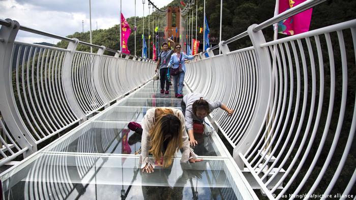 پل معلق بر روی روستای گوینگلونگ واقع در استان یوننان در ارتفاع ۱۰۸ متری ساخته شده وطول آن ۱۸۸ متر است. عبور از روی این پلهای معلق با کف شیشهای برای بسیاری از گردشگران با ترس و دلهره همراه است.