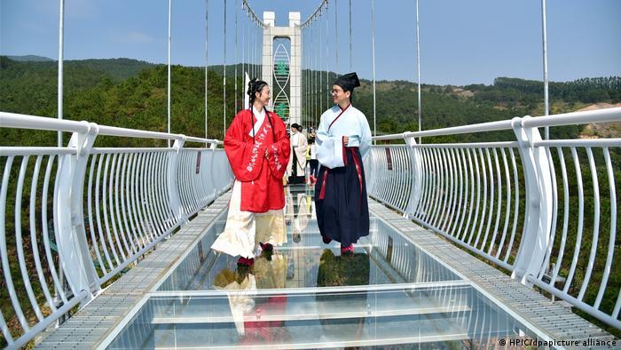 پل معلق فوشان به طول ۳۷۵ متر و در ارتفاع ۲۰۲ متری ساخته شده و بر روی آن حتی نمایش مد لباسهای سنتی چین نیز برگزار میشود.
