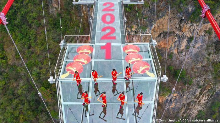 برگزاری مراسم سال نو چینی بر روی پل معلق شیشهای کینگوان.