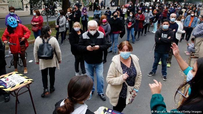 Großer Andrang vor einem Stimmlokal in der Hauptstadt Santiago de Chile