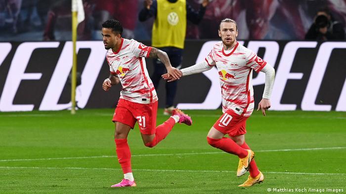 تبم فوتبال ار.ب. لایپزیک با تساوی خانگی ۲ بر ۲ در برابر تیم فا.اف.ال. وولفسبورگ، یک هفته پیش از پایان رقابتهای فوتبال فصل جاری بوندسلیگای آلمان، به عنوان نایب قهرمانی بوندسلیگا دست یافت. در این صحنه بازیکنان تیم لایپزیک، کلویورت (چپ) و فورسبرگ (راست) در حال شادی پس از گل کلویورت در دقیقه ۵۱ بازی هستند.