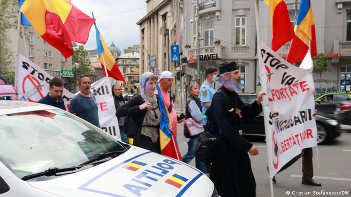 Με ρουμανικές σημαίες εκπρόσωποι του κλήρου κατά των εμβολιασμών