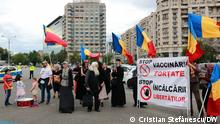 Ungefähr 200 Menschen demonstrierten am Samstag, dem 15. Mai, in der Rumänischer Hauptstadt Bukarest, um die Impfung in Frage zu stellen. Sie verweigern den Impfschutz und werfen der Regierung vor, eine Zwangsimpfung der Bevölkerung durchzuführen und eine medizinische Diktatur zu errichten. Und alle Rechte: DW / Cristian Ștefănescu via Cristian Stefanescu