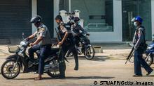 Myanmar I Polizisten in Yangon