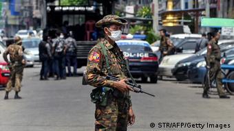 Военные на улице Янгона