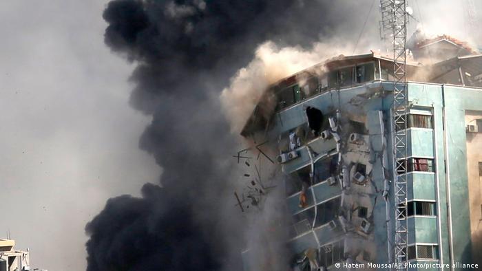 Тази сграда в ивицата Газа бе разрушена при израелски въздушен удар в събота, на 15 май 2021