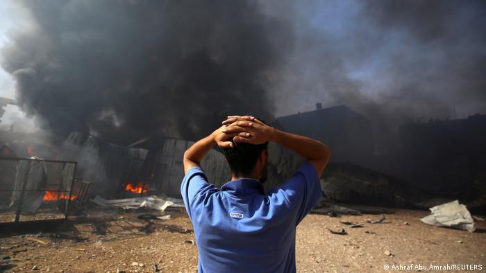 Homem observa área bombardeada por Israel no norte da Faixa de Gaza, em 17 de maio de 2021