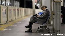 55 Arbeitsstunden plus? Ein japanischer Geschäftsmann in einer U-Bahn-Station in Tokio