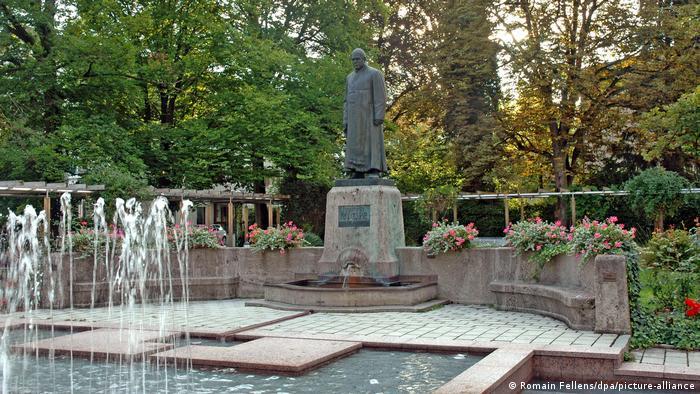 Памятник Себастьяну Кнейппу в Бад-Вëрисхофене