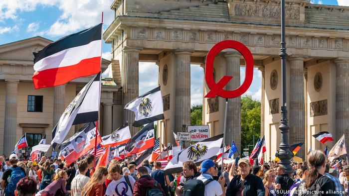 Protesty pod znakiem QAnon w Berlinie