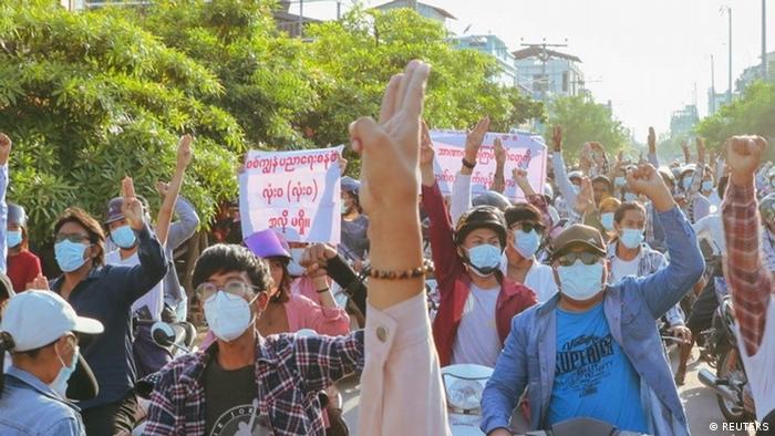 Myanmar I Demonstranten in Mandalay