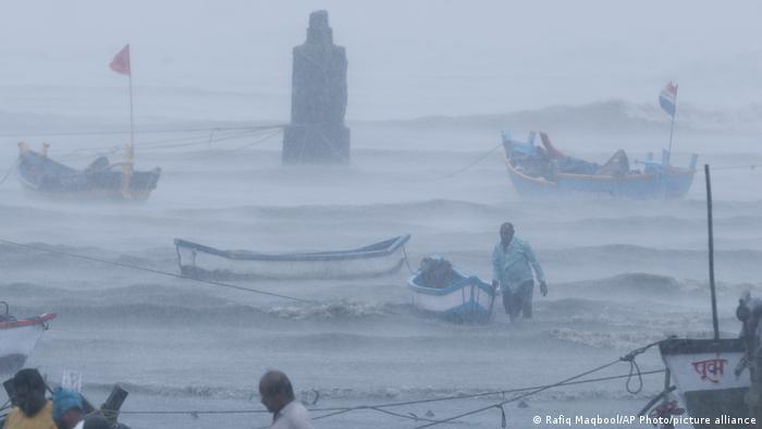 بارندگی شدید نیز بر شدت وخامت اوضاع در غرب هند افزود. بسیاری از ماهیگیران هند نیز ناگزیر شدند خود را به همراه قایقهایشان به منطقهای امن برسانند. انتقال دهها هزار نفر از مردم این منطقه به نقاط دیگر کشور به امر واکسیناسیون کرونا آسیب رسانده است.