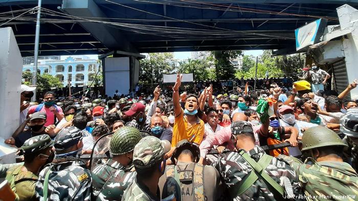 Indien TMC-Unterstützer protestieren gegen Verhaftung von Anführern durch das CBI in Narda