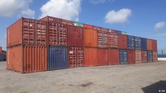 Mosambik Behälter mit illegalem Holz in Pemba Hafen