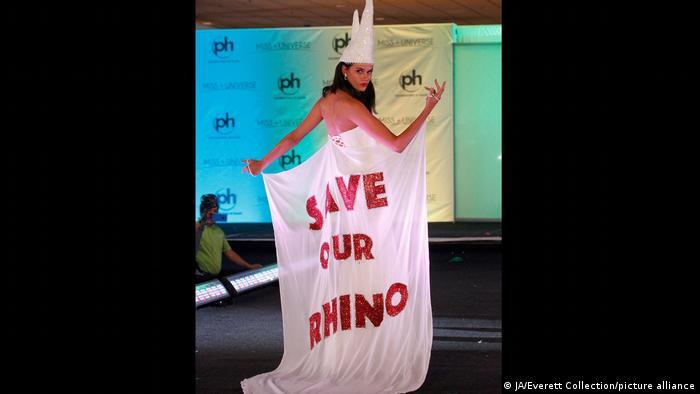 ملکه زیبایی نامیبیا در سال ۲۰۱۲ خواستار حفاظت از کرگدنهای کشورش شد. گرگدنها با خطر انقراض روبرو هستند.