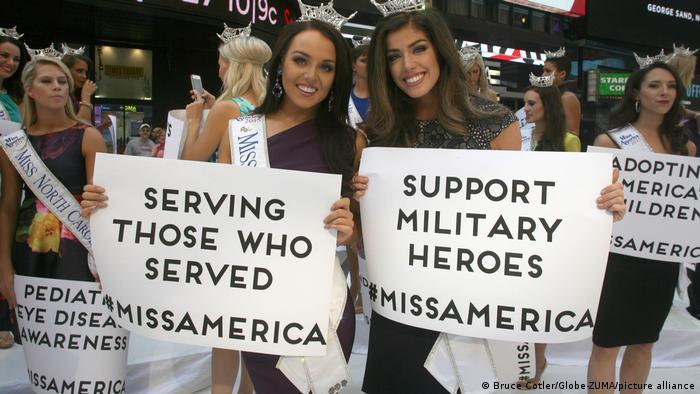 کاندیداهای ملکه زیبایی در آمریکا در تایمز اسکور نیویورک شعار حمایت از قهرمانان ارتش و خدمت به خدمتگزاران بدست گرفتند.