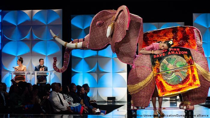 ویچیتا فونویلای، ملکه زیبایی لائوس در مراسم انتخاب ملکه زیبایی جهان در سال ۲۰۱۹ به آتشسوزیهای عمدی در جنگلهای آمازون اعتراض کرد و خواستار حفاظت از آمازون شد.