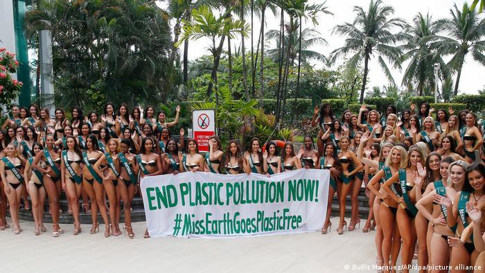 اعتراض کاندیداهای ملکه زیبایی کره زمین در سال ۲۰۱۸ به مصرف پلاستیک اختصاص داشت. آنها با در دست دادشتن پرچمی خواستار پایان دادن به آلودگی پلاستیک در محیط زیست شدند.