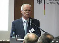 O Χάιντς Γιούργκεν Αξτ συνέγραψε την επ΄ υφηγεσία διατριβή του με θέμα το ΠΑΣΟΚ