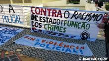 1. Titel: Plakat gegen Rassismus in Portugal 2. Bildbeschreibung: Gegen staatlichen Rassismus / Bestrafung von rassistischen Straftaten / Polizeigewalt beenden 3. Fotograf: João carlos (DW Korrespondent) 4. Wann wurde das Bild gemacht: 2021 5.Wo wurde das Bild aufgenommen: Lissabon (Portugal) 6. Schlagwörte: Rassismus, Protest, Plakat