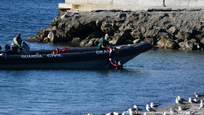 Spanien | Guardia Civil bringt einen jungen Mann zum Strand Tarajal