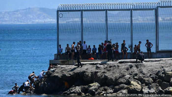 Spanien | Marokkanische Migranten klettern die Felsküste von Ceuta hoch