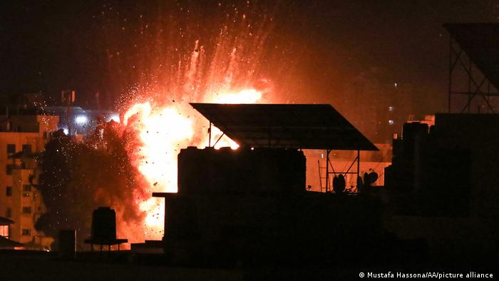 Gaza I Feuer und Rauch nach einem israelischen Angriff auf Ziele in Gaza-Stadt