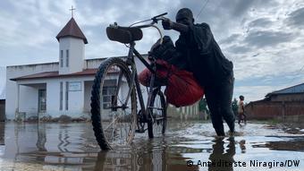 Avec l'inondation il est difficile pour les habitants de Gatumba de se déplacer.