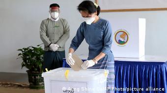 La líder de la Liga Nacional Democrática, Aun San Suu Kyi, vota en las elecciones de 2020 en Birmania.