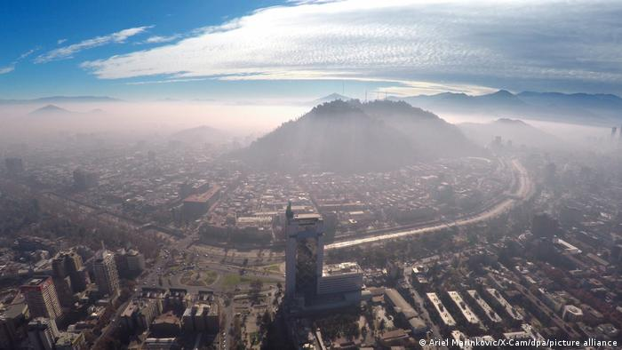 Luftaufnahmen von Santiago de Chile mit Smog über den Dächern